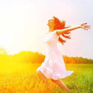 Glückliche Frau durch leichte Gefühle